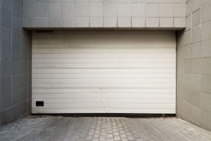 odstraňování graffiti z garážových dveří