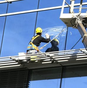 umývanie okien vo výškach