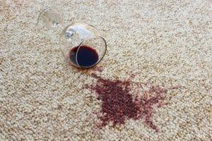 čím odstranit skvrnu od červeného vína z koberce