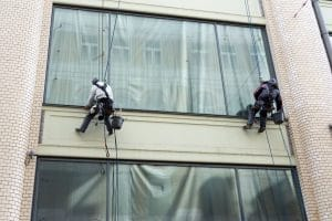 Umývanie okien a výškových budov