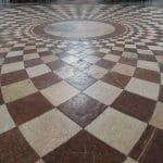 čistenie podlahy z mramoru