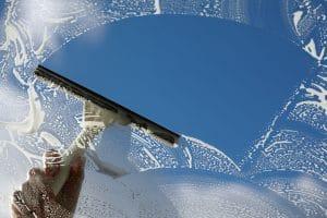 Zbavení se špíny na oknech po zimě