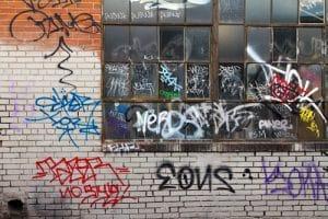 Odstranění graffiti na skle