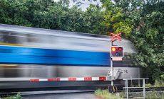 Osobní vlak na přejezdu v Černošicích zabil člověka