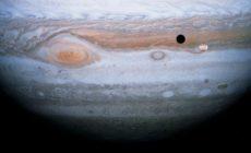 Jupiter má v plynném povrchu díry o hloubce až 130 000 km
