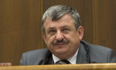 Slovenský poslanec stále nemůže pohřbít manželku a děti, oběti letecké nehody