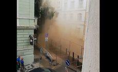 Voda z prasklého potrubí zaplavila pražský Žižkov, gejzír tryskal několik metrů vysoko