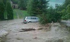 Větrná smršť se prohnala Moravou a Slezskem, na Slovensku zachraňovali řidiče při bleskové povodni