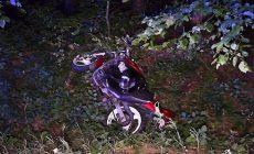Osmnáctiletý motorkář vyjel u Prahy ze silnice, skončil v příkopu