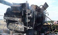 Kombajn na poli na Přerovsku nedosekal, zcela shořel
