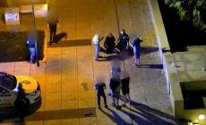 Rvačka pod kamerami před divadlem v Brně: mladík kopal do ležícího muže