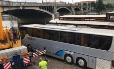 Špatně zajištěný autobus sjel na pražskou náplavku a zůstal zaklíněný nad Vltavou