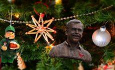 Veletrhy pod stromečkem: Vánoce na dluh a hromada stresu. Podkopávají dárky poctivost? Deset koroptví a šedesát kvíčal. První krok pro návrat k Vánocům: Skandální čin? Dárková legitimace. Když člověk nic nežádá…