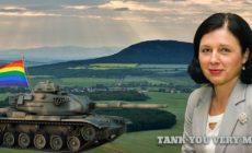 Společná EUropská armáda: Jourová zatroubila a pomoc bratrských vojsk se blíží. Stav demokracie posuzují jiní soudruzi. LGBT prapor trestá vzpouru nelítostně. Fendrych, Šafr, Tabery a obsah jejich šuplíku